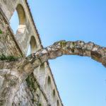 scorcio delle mura con arco antico